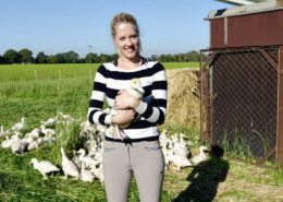 Lena-Marie mit jungen Enten