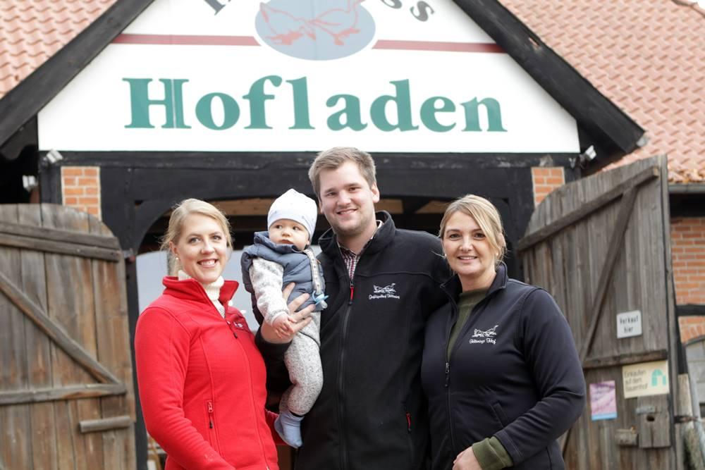 Familie Hörning vor dem neu eröffneten Hofladen